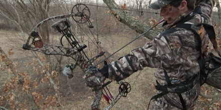 Image of hunter using compound bow (courtesy of Bow and Arrow Hunting)